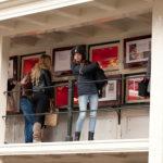 de leerlingen van ROC Jan des Bouvrie bewonderen de wezenkastjes van het Amsterdam Museum