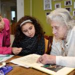 leerlingen van de Springstok interviewen buurtbewoners over oude spelletjes