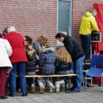 buurtbewoners maken een tulp voor het Banningproject